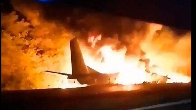 Σοκάρουν τα πλάνα από τη συντριβή ουκρανικού στρατιωτικού αεροσκάφους με τουλάχιστον 25 νεκρούς