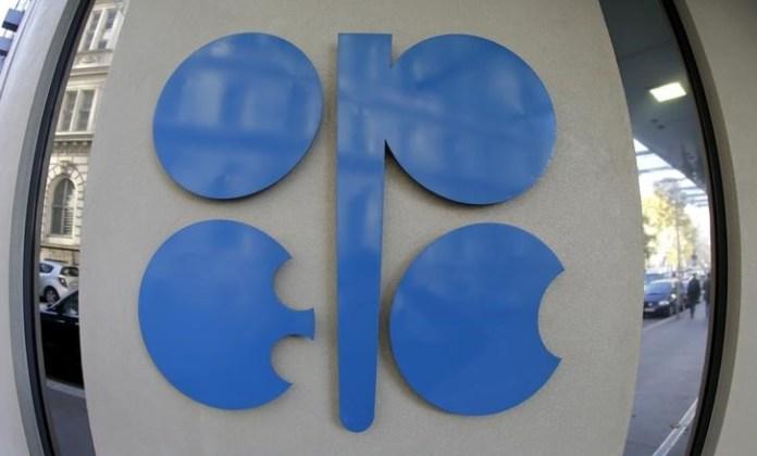 © Reuters.  Oil's Slump Spurs Talk of Another OPEC U-Turn