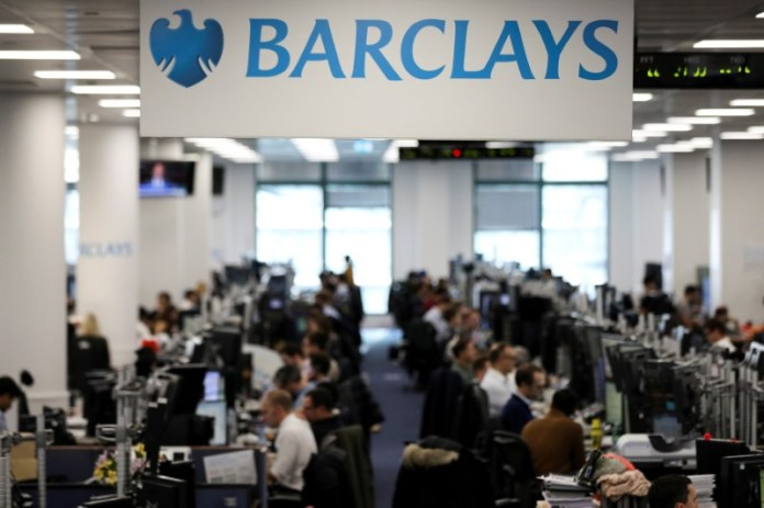 © Reuters. FILE PHOTO: Traders work on the trading floor of Barclays Bank at Canary Wharf in London, Britain