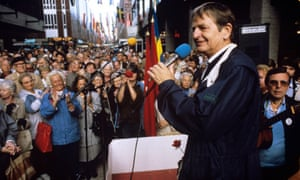 Palme addressing crowds in 1986.