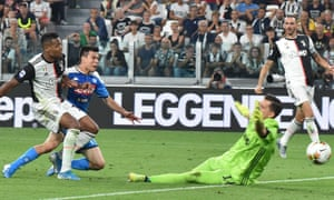 Hirving Lozano scores against Juventus.