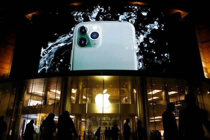 © Reuters. FILE PHOTO:  Screen displaying an advertisement for iPhone 11 Pro is seen outside an Apple store in Beijing