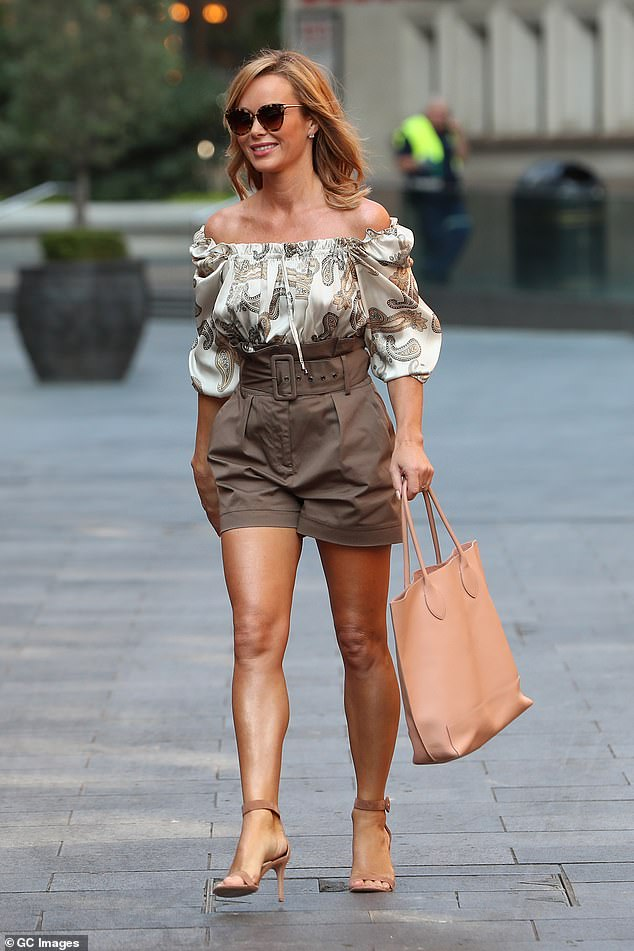 Accessories: She carried all her essentials in a chic light pink handbag which went well with her outfit
