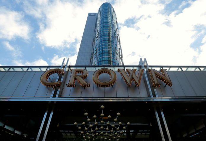 © Reuters. FILE PHOTO: The logo of Australian casino giant Crown Resorts Ltd adorns a hotel and casino complex in Melbourne, Australia