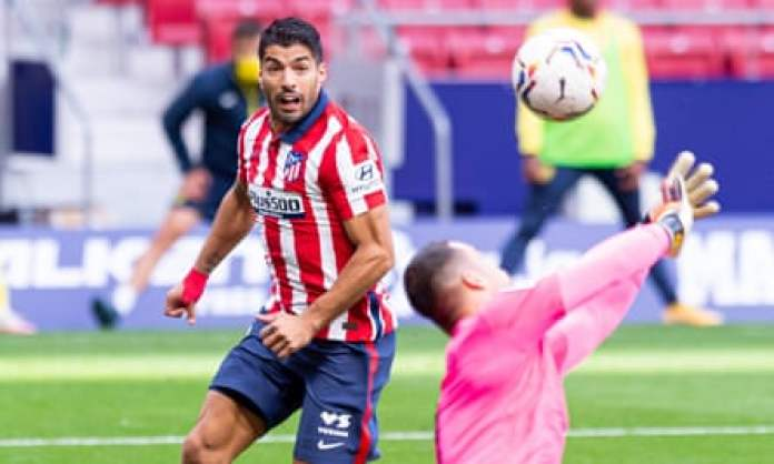 Luis Suárez loses out to Sergio Asenjo in Atlético Madrid's draw with of Villarreal.