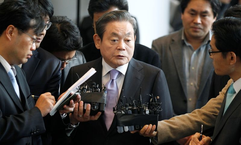 © Reuters. FILE PHOTO: Samsung Electronics chairman Lee Kun-hee answers reporters' questions upon his arrival at the company's headquarters in Seoul