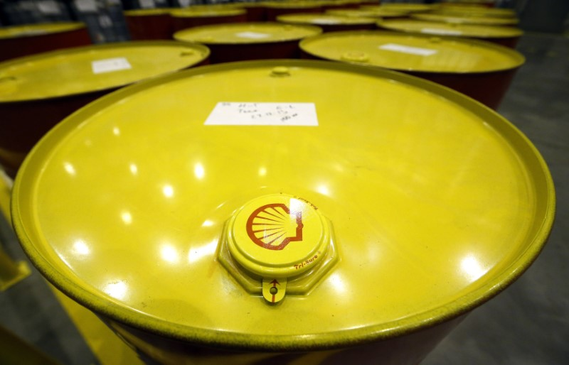 © Reuters. Filled oil drums are seen at Royal Dutch Shell Plc's lubricants blending plant in the town of Torzhok