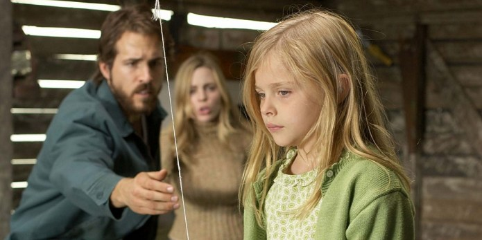 Chloe-Grace-Moretz-and-Ryan-Reynolds-in-Amityville-Horror