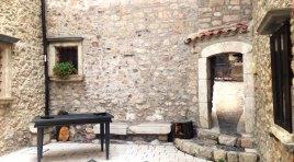 Fornelli: La Domenica nel Borgo sommersa dai libri con i giovani studenti che fanno da Cicerone ai turisti.