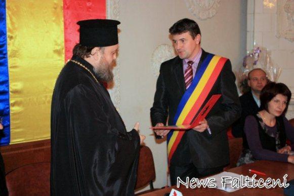 Arhimandrit Timotei Aioanei primeste diploma de Cetatean de Onoare 2