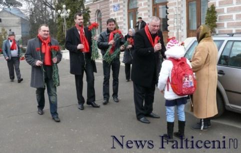 Falticeni-8 martie Deputatul Ioan Stan a oferit flori