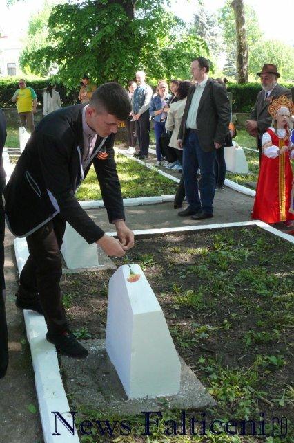 Falticeni-depuneri flori pe morminte