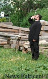 Falticeni-preotul paroh incearca sa il coboare