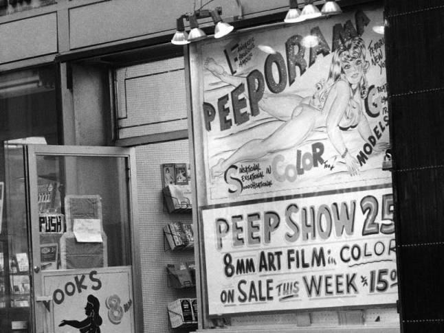 Un cartel publicitario de un peep show en Times Square, el epicentro de la industria del sexo en la ciudad de Nueva York en 1981.