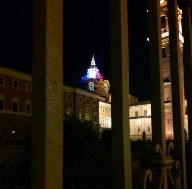 La Cupola di Guarini si illumina con il tricolore francese per Notre – Dame