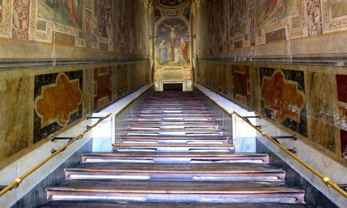 Roma – La Scala Santa riapre dal'11 aprile al 9 giugno: i fedeli potranno pregare sui gradini saliti da Gesù.