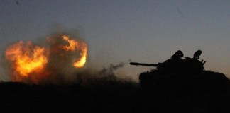 A Libya Dawn tank fires near Libya's capital city of Tripoli, on March 11, 2015. Clashes erupted on Wednesday between Libya Dawn militants and pro-government forces in the Ajaylat area some 80 kilometers west of Tripoli. (Xinhua/Hamza Turkia)