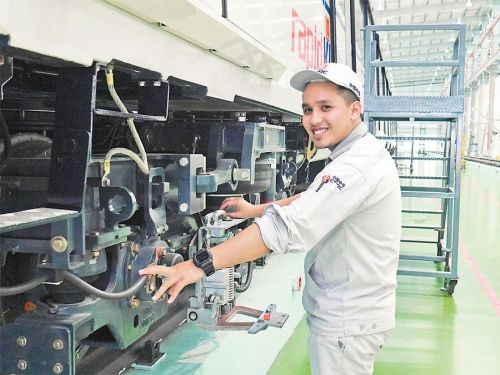 A worker at the Malaysian branchof China's rolling-stock maker CRRC Zhuzhou Electric Locomotive company testslight rail trains made for Kuala Lumpur, the capital city of Malaysia. The Chinese manufacturer will provide 40 autopilot trains,according to the agreement. (Photo by Yu Yichun from People's Daily)