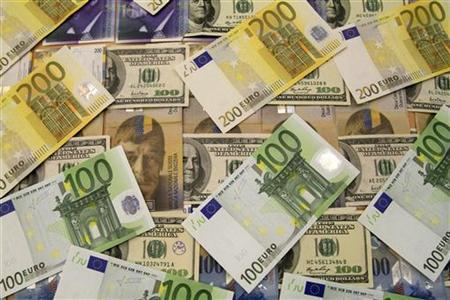 U.S. dollar, euro and Swiss franc bank notes are seen in a bank in Budapest August 8, 2011.REUTERS/Bernadett Szabo