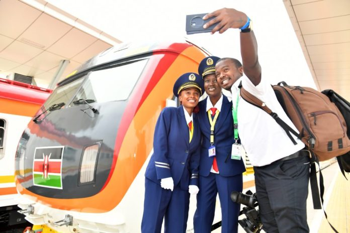 A Kenyan journalist takes a selfie with female train drivers Concilia (C) and Alice (L) during the launching day of the Mombasa-Nairobi Standard Gauge Railway (SGR) in Mombasa, Kenya, on May 31, 2017. (Xinhua/Sun Ruibo)