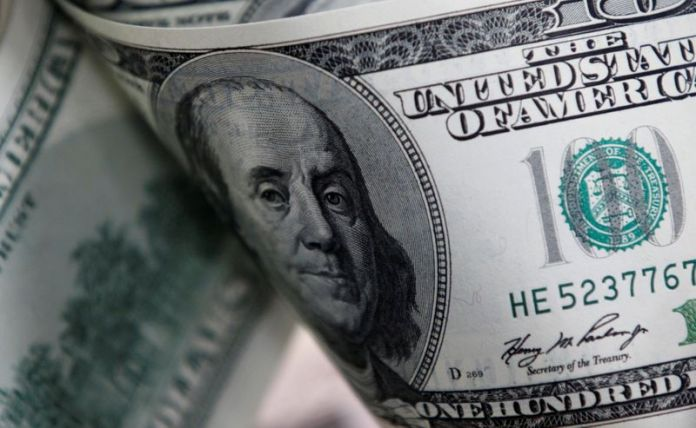 © Reuters. FILE PHOTO: U.S. one hundred dollar notes are seen in this picture illustration taken in Seoul