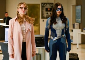 supergirl-nicole-maines-melissa-benoist-office