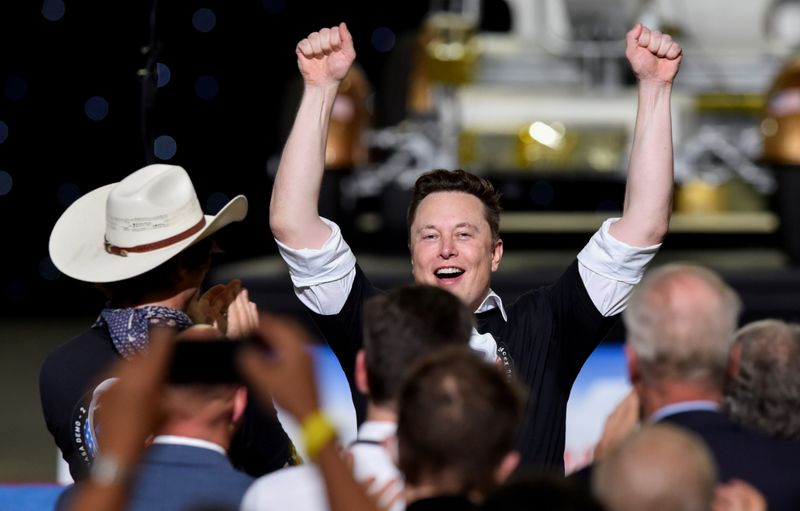 © Reuters. FILE PHOTO: SpaceX CEO Elon Musk celebrates after the launch of a SpaceX Falcon 9 rocket and Crew Dragon spacecraft on NASA's SpaceX Demo-2 mission to the International Space Station from NASA's Kennedy Space Center in Cape Canaveral