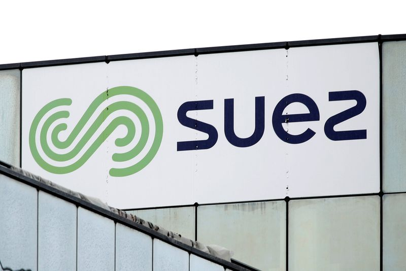 © Reuters. FILE PHOTO: The logo of Suez is seen on the top of a building in Rueil-Malmaison