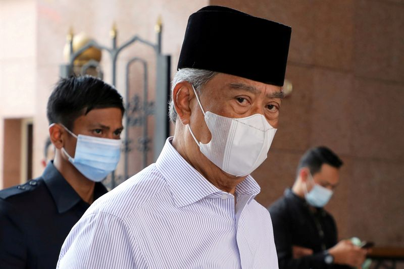 © Reuters. FILE PHOTO: FILE PHOTO: Malaysia's Prime Minister Muhyiddin Yassin wearing a protective mask arrives at a mosque for prayers, amid the coronavirus disease (COVID-19) outbreak in Putrajaya