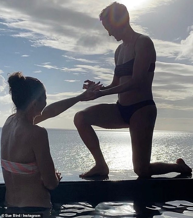 So romantic:Megan Rapinoe and Sue Bird are engaged, the latter announced on Instagram this Saturday with a picture of the former proposing