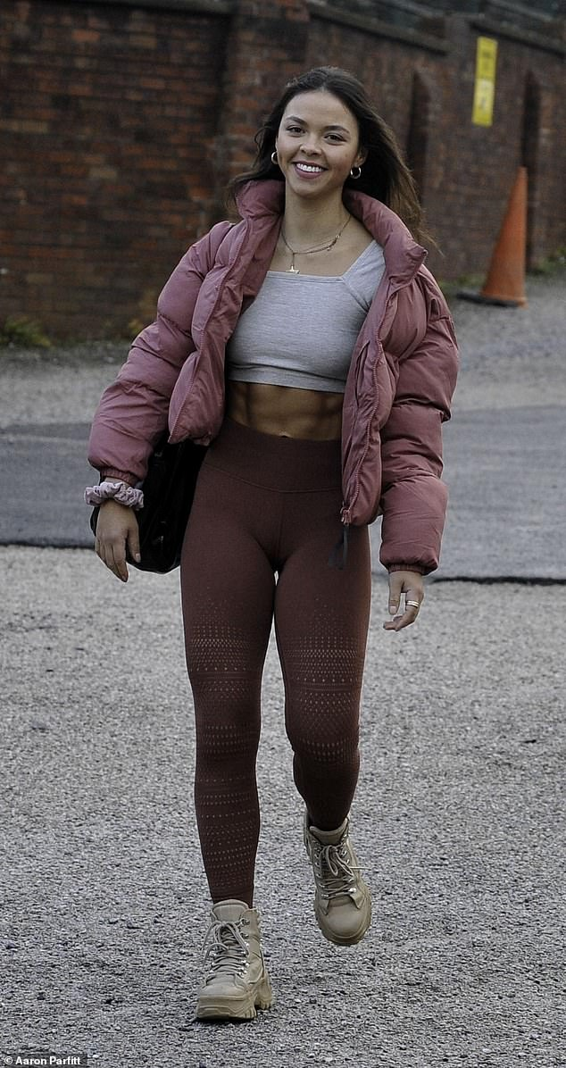 Chic: Vanessa slipped into a pair of dark pink leggings that accentuated her slender legs, and complemented her look by wearing a puffy pink jacket