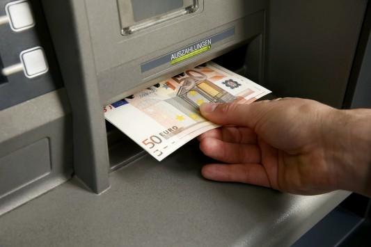 700 εκατομμύρια ευρώ `έφυγαν` σήμερα από τις ελληνικές τράπεζες μετά την απόφαση Eurobank και Alpha Bank να προσφύγουν στον ELA!