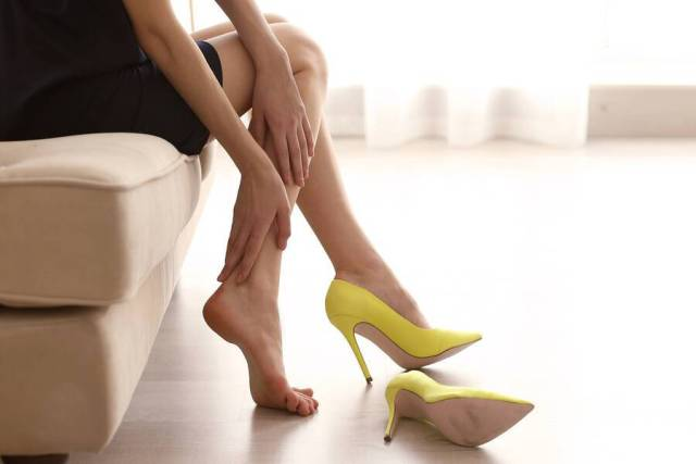 Αρθρίτιδα στα πόδια: Μήπως φταίνε τα τακούνια σας;