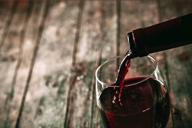 Αλκοόλ: Σε ποια ποσότητα προστατεύει από το εγκεφαλικό