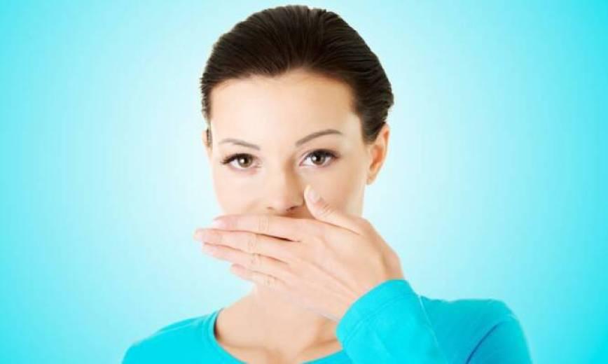 Κακοσμία στόματος: Δεν ξέρατε ότι αυτά μπορεί να είναι η αιτία…