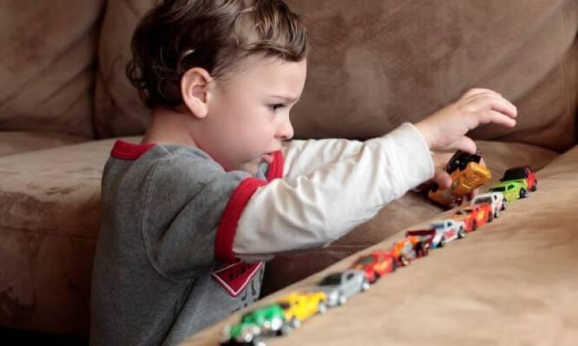 Αυτισμός: Τι συμπτώματα παρουσιάζει ένα παιδί ανάλογα με την ηλικία