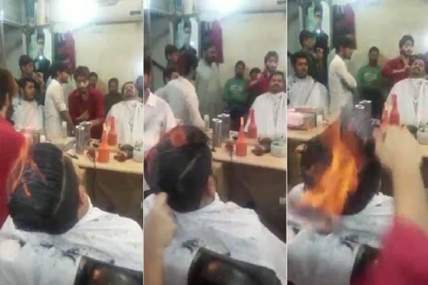 Πακιστανός κουρέας κουρεύει τους πελάτες του με την φωτιά