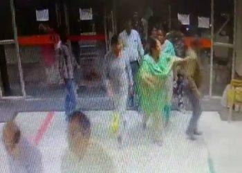 BHU: चीफ प्रॉक्टर ने सुरक्षाकर्मी पर ऐसे छोड़ा हाथ, देंखे वीडियो