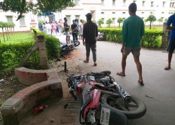 BHU: खाने को लेकर बवाल, दर्जनों गाडियां तोड़ीं, धरने पर बैठे छात्र