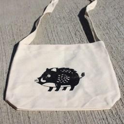 英士部落的體驗行程也包含「絹印DIY」,以部落周邊常出沒的山豬、山羌、台灣藍鵲等野生動物為題材。