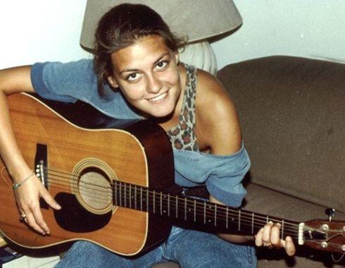 Irene Grandi da giovane mentre canta con la chitarra in mano
