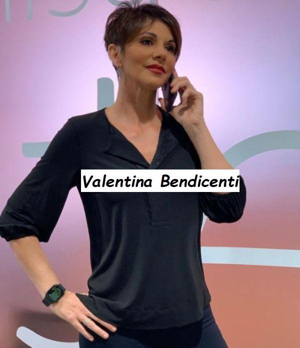 Giornalista Sky Valentina Bendicenti parla al cellulare
