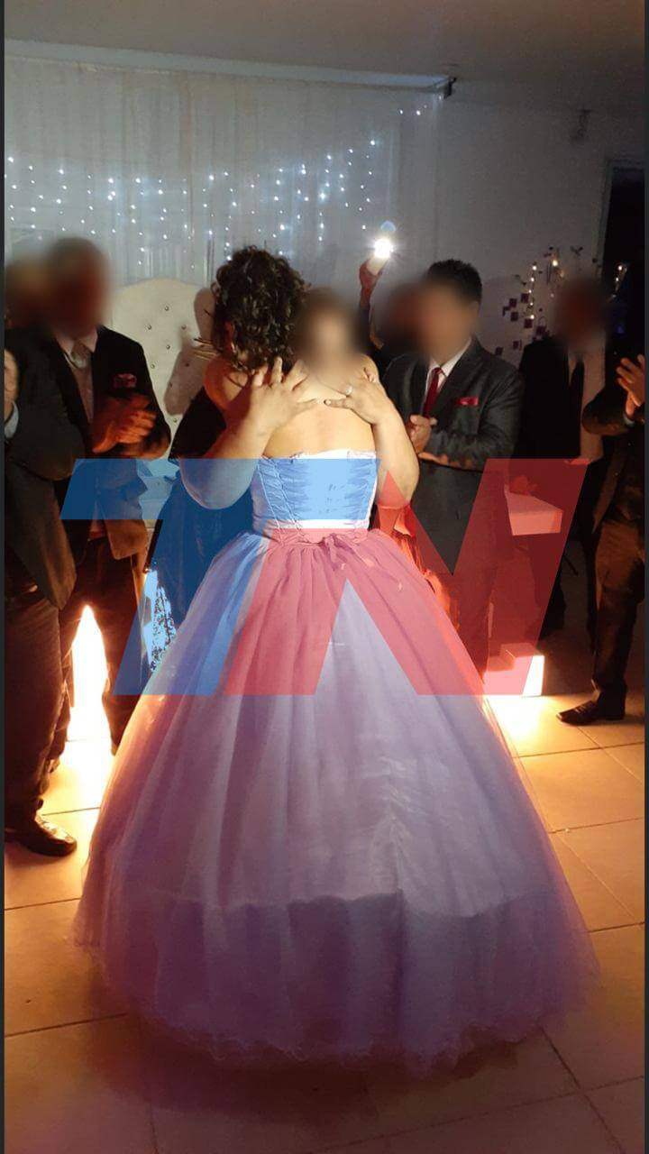 The quinceañera hugging her grandmother Rosa. Observe Luis Suárez, the man who died on April 1 of the contagion. (Photo: TN.com.ar).