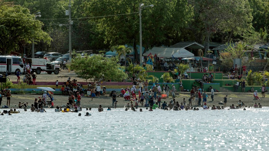 People attend the Laguna de Xiloa spa, this Sunday on the outskirts of Managua (EFE)