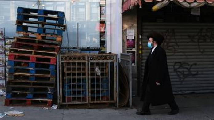 An Orthodox Jewish man walks through the Borough Park neighborhood on the eve of Easter break on April 8, 2020 in New York City. Borough Park, a historically Hasidic neighborhood, has been particularly affected by the coronavirus (Spencer Platt / Getty Images / AFP)