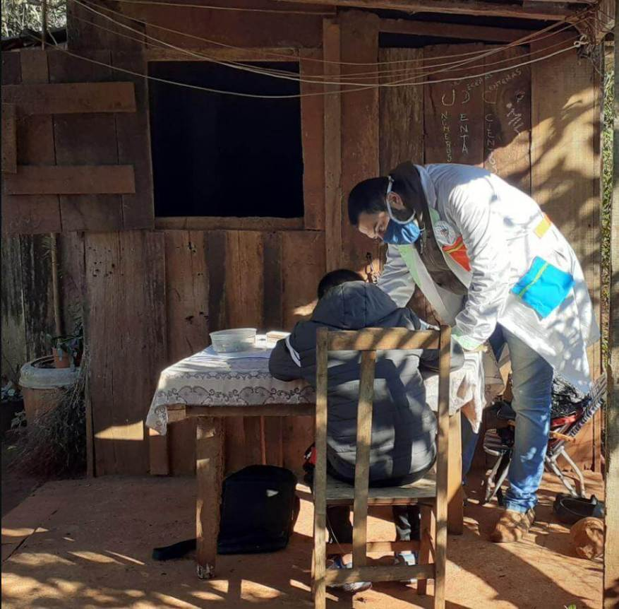 With a white overall and a chinstrap, Julio teaches in a place in Misiones. (Photo: Julio Pereyra).