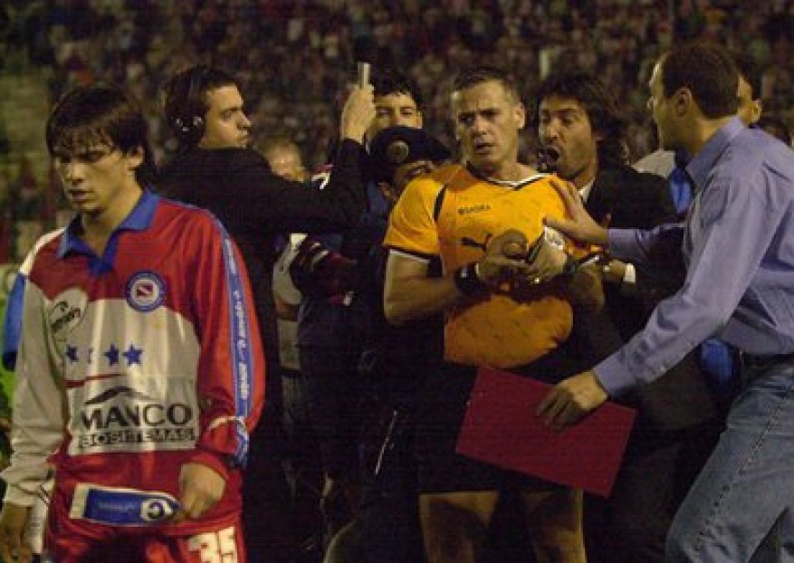 One of the scandals that Madorrán starred in: the first leg of the Promotion between the Institute and Argentinos Juniors in Córdoba (FotoBaires)