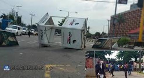 #EndSARS Protesters Shut Down Lagos,Mount Multiple Roadblocks