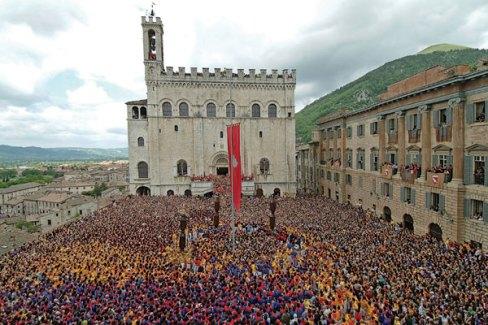 Праздник Свечей на Пьяцца Гранде в Губбио