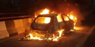 delhi-car-catches-fire-on-akshardham-flyover